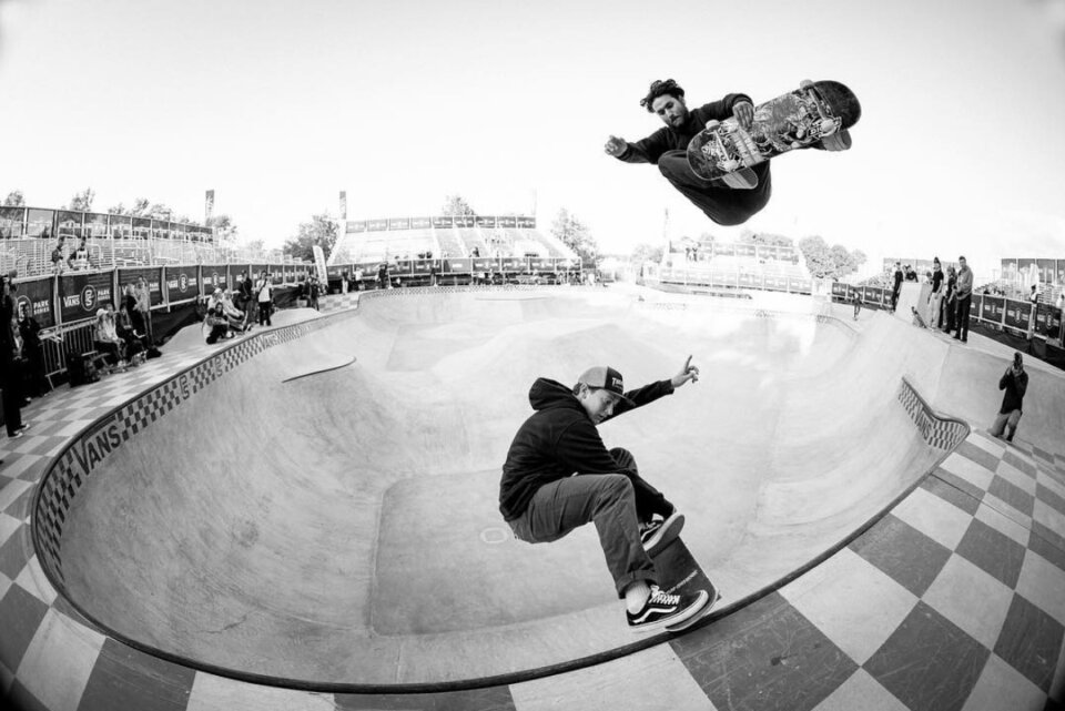 While Josh Borden does a crail scraper across the coping, Ronnie Sandoval takes the high road with a f/s air.  Photo: Anthony Acosta</span>